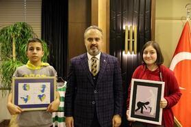 Başarılı küçük karikatüristlerden Başkan Aktaş'a ziyaret