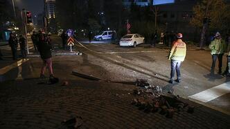 Kontrolden çıkan otomobil polis aracına çarptı!