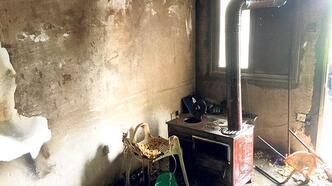 Sobaya attığı yanıcı madde evlerini yaktı