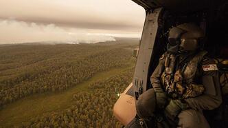 Yangın söndürme çalışmalarına katılan helikopterin ışığı yangın çıkardı