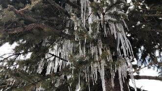 Kars'ta buzdan 'avizeler' oluştu