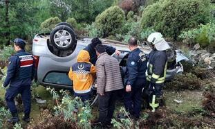 20 metrelik şarampole yuvarlanan otomobildeki çift, yaralı kurtarıldı