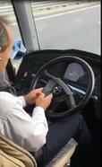 Direksiyon başında cep telefonu kullanan otobüs şoförüne tepki
