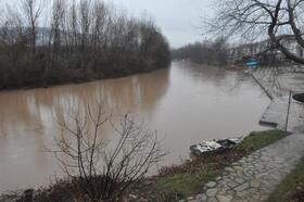 Irmaktaki su seviyesi yükseldi, iskeleler su altında kaldı