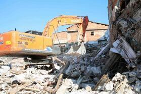 Bayraklı'da metruk binalar yıkılıyor