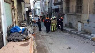 İstanbul'da metruk binada çökme! Sokak yaya ve araç trafiğine kapatıldı