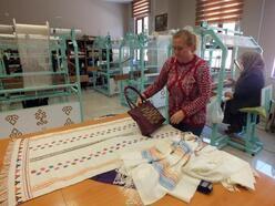 Kadınlar 'cicim dokuma' tekniği ile iplikten kilim üretiyor