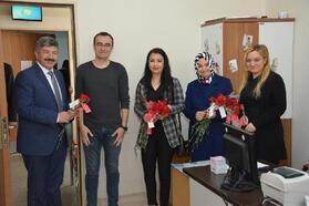 Başkan Akçadurak, 8 Mart Dünya Kadınlar Günü'nü karanfil dağıtarak kutladı