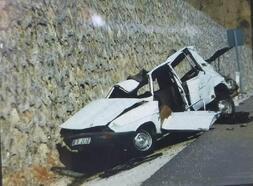 Park halindeki otomobil, 50 metre yükseklikten yola düştü