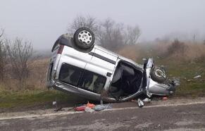 Kütahya'da hafif ticari araç takla attı: 2 yaralı