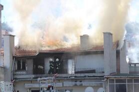 Kütahya'da, 4 katlı binanın çatı katında yangın
