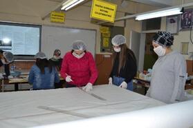 Salihli'de öğretmen ve öğrencilerden maske üretim seferberliği