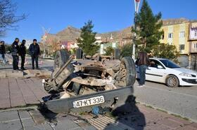 Derik'te kaldırıma çarpan otomobil takla attı