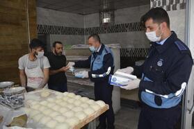 Siverek'te, esnafa maske ve eldiven dağıtıldı