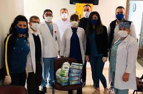 Sağlık çalışanlarına bone, maske ve eldiven desteği