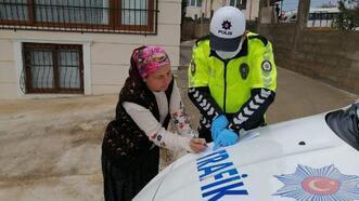 Kozan polisi sosyal yardım paralarını vatandaşların evlerine götürdü