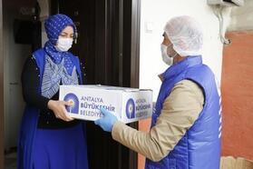 Büyükşehir, gıda yardımını evlere teslim ediliyor