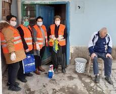 Ulukışla'da yaşlı vatandaşların evleri temizleniyor