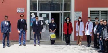 Öğretmenden sağlıkçılar için siperlikli maske