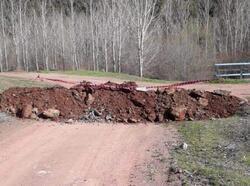 Tavşanlı'da büyükşehirlere çıkan yollar toprakla kapatıldı