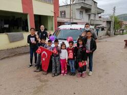 Gölbaşı'nda polisten çocuklara bayraklı kutlama