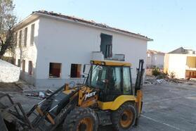 Okulların yıkımına başlandı