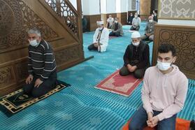 Manyas'ta yağıştan dolayı Cuma namazı cami içerisinde kılındı