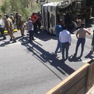 Bitlis'te TIR devrildi, 3 yaralı