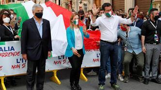 İtalya'da sağ partilerin protesto gösterisinde maskeler indi, sosyal mesafe sıfırlandı