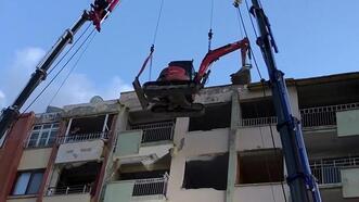 Yıkımda kullanılacak iş makinesi, vinçle 6 katlı binanın üzerine çıkarıldı!