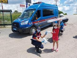Jandarma, maske ve dezenfektan hediye etti