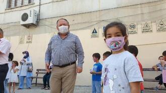 Başkan Tarhan'dan minik öğrencilere maske ve dezenfektan
