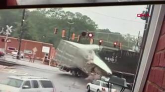 ABD'de tren TIR'a böyle çarptı!