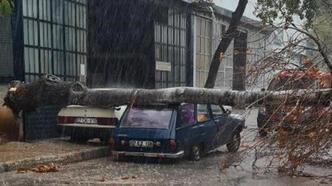Antalya'da sağanak ve rüzgar yaşamı olumsuz etkiledi