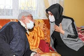 Vali eşinden 117 yaşındaki Hüseyin dedeye ziyaret