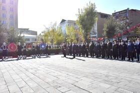 Van'da Atatürk Anıtı'na çelenk konuldu