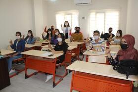 İşitme engelliler için işaret dili öğreniyorlar