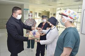 Biga Belediye Başkanı Erdoğan'dan, sağlık çalışanlarına meyve ikramı