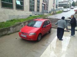 Otomobille merdivenlerdenı indi