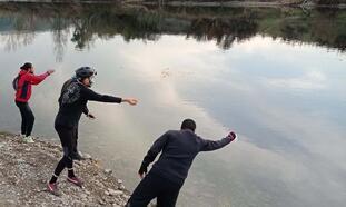 Sokağa çıkma kısıtlamasında, doğadaki kuş ve nehirdeki balıklar beslendi