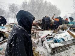 Yoğun kar yağışının ardından ağıl çöktü, 7 hayvan telef oldu