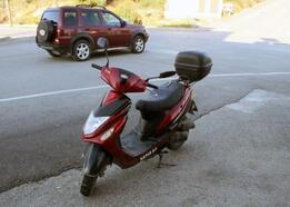 Önüne çıkan araçtan korkunca motosikletiyle yola devrildi
