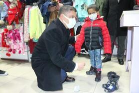 Erciş'te belediyeden ihtiyaç sahibi çocuklara kıyafet