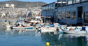 Kuşadası Belediyesi'nden balıkçı esnafına malzeme desteği