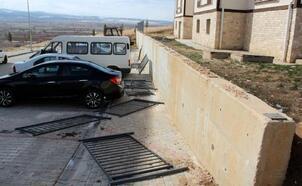 Rüzgar nedeniyle yıkılan korkuluklar araçlara zarar verdi