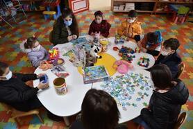İhtiyaç sahibi çocuklar hem oyun oynuyor hem de oyuncak sahibi oluyor