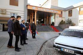 Başkan Yalçın, otomobili cep telefonu komutu ile çalıştıran gençlerle görüştü