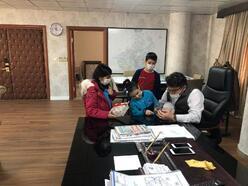 Öğrenciler, projelerine destek veren Kaymakam Çam'a balık hediye etti