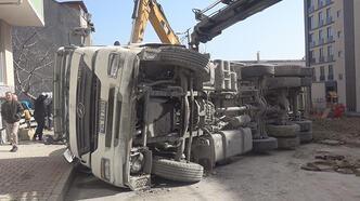 Arnavutköy'de hafriyat kamyonu otomobilin üzerine devrildi