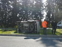 Kontrolden çıkan kamyonet refüjdeki ağaca çarptı: 3 yaralı